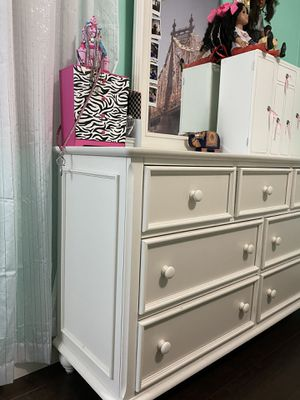 Full size bed and matching dresser for Sale in Newport News, VA