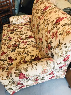 Flowered love seat for Sale in Georgetown, DE