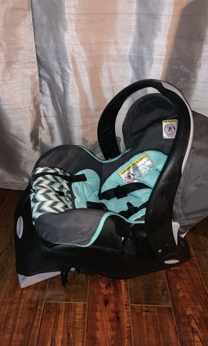 Evenflo car seat and base for Sale in Kennewick, WA