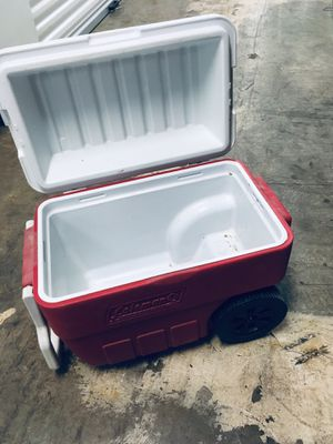 Cooler with wheels and handle for Sale in Atlanta, GA