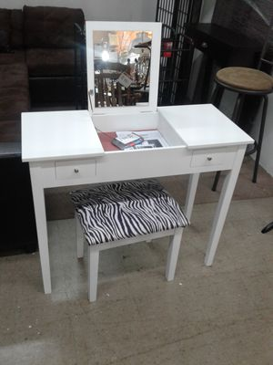 NEW, lovely vanity with drop dowm mirror and stool. Reduced for quick sale. for Sale in Miramar, FL