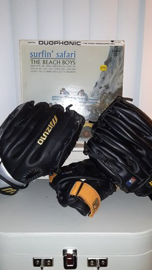 baseball gloves for Sale in Pacheco, CA