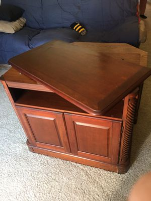 Swiveling tv stand for Sale in Manassas, VA