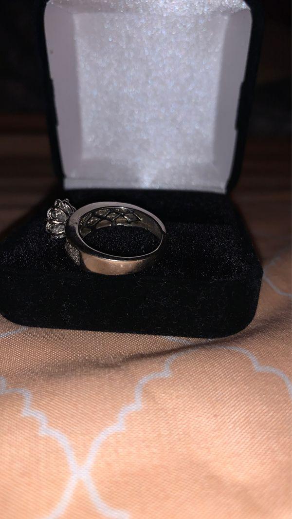 Beautiful white gold VS1 diamond ring size 5