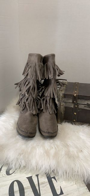Minnetonka #1631T Gray Calf Hi 3 Layer Fringe Suede Boot Size 9 for Sale in Dearborn, MI