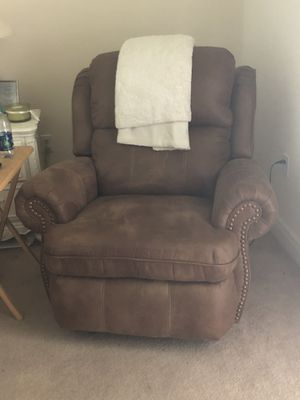 Leather electric recliner very nice in new condition! for Sale in Destin, FL