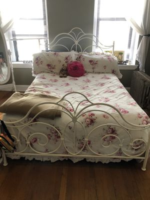 QUEEN SIZE bed frame, Serta mattress & box spring! for Sale in New York, NY