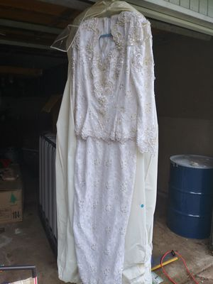 Elegant wedding dress -FREE for Sale in Vancouver, WA