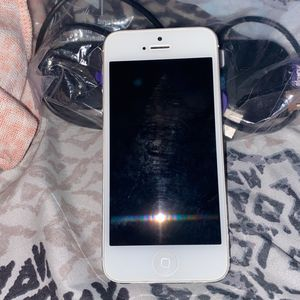 Instinct IPHONE 5 RARELY USED UNLOCKED NO ICLOUD for Sale in Germantown, MD