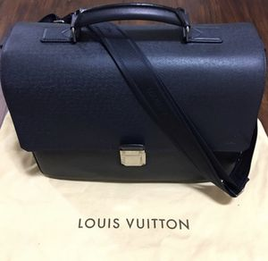 Men's Louis Vuitton Taiga Vassili GM in Boreal for Sale in Clovis, CA