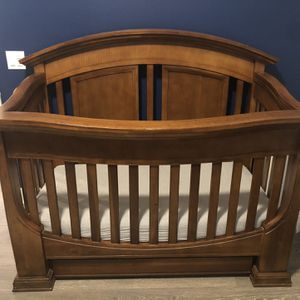 Crib- With Toddler Rail And Full Size Bed Bed Converter Railings Never Used, Dresser And Changing Table Topper for Sale in Lake Forest, CA