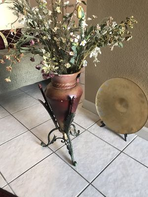 Beautiful vase with plastic flowers for Sale in Manteca, CA