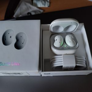 White Galaxy Buds, Lightly Used *negotiable * for Sale in Brooklyn, NY
