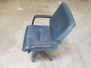 Blue office chair with black armrests for Sale in Brooklyn Park, MD