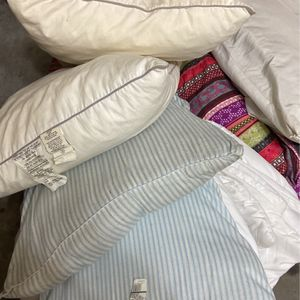 Queen Comforter And Pillows for Sale in Mission Viejo, CA