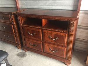Matching bedroom furniture King bed set & Queen bed set for Sale in St. Petersburg, FL