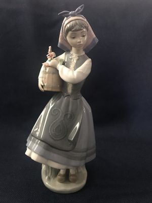 Lladro Girl with flowers Figurine for Sale in Etiwanda, CA