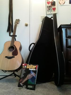 Beautiful like new Yamaha Acoustic Gauitar for Sale in Lewis Center, OH