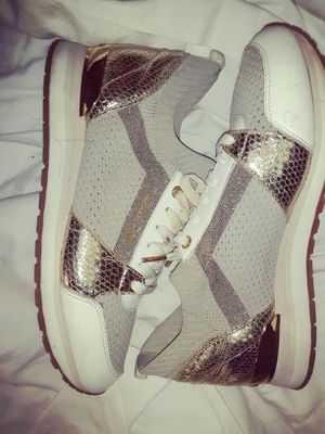 SZ 9.5 MICHAEL KORS TENNIS SHOES SLIGHTLY WORN for Sale in Cleveland, OH