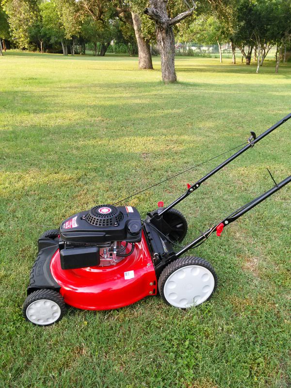 Almost in brand new condition Troy-Bilt push lawn mower works absolutely great guaranteed to turn on on first pull