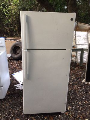 GE top freezer refrigerator for Sale in Deltona, FL