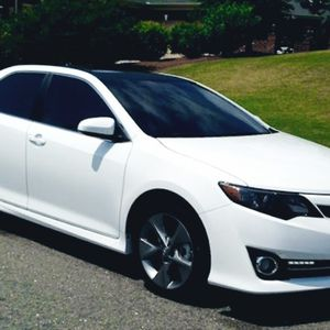 great on gas 2010 Toyota Camry SE white color for Sale in St. Petersburg, FL