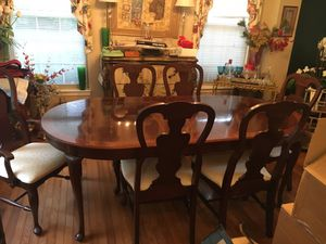 Excellent condition Mahogany Wood dinning table with 6 dinning chairs. for Sale in Ashburn, VA