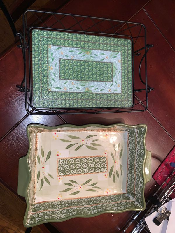 3.5 quart fluted Temptations baker with trivet and wire rack