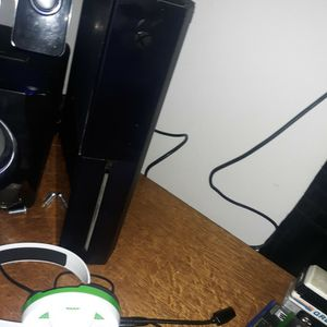 Xbox one Whith Everything And Headset and Charging station for Sale in Gresham, OR