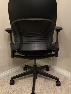 Steelcase Leap V2 - All Black - Great Condition for Sale in Mountlake Terrace,  WA