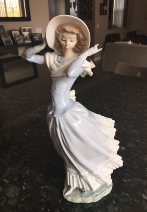 """Lladro Large retired figurine """"Spring Breeze"""" lady with white hat for Sale in San Diego, CA"""