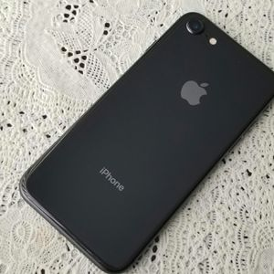 IPhone 8 ,,UNLOCKED . Excellent Condition ( as like New) for Sale in Springfield, VA