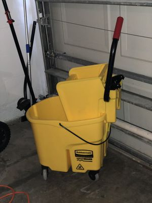 Rubbermaid Bucket and Wringer for Sale in Tampa, FL
