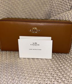 Coach Accordion Zip Wallet for Sale in Cherry Hill,  NJ