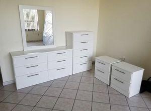 Dresser with mirror, chest and 2 nightstands- Cómoda con espejo, Gavetero y 2 mesitas de noche for Sale in Miami Gardens, FL