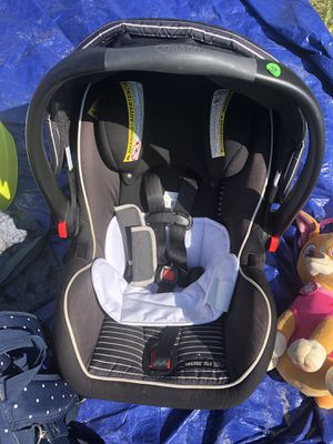 Graco infant car seat with base for Sale in Chocowinity, NC