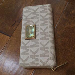 Michael Kors wallet. 100% Authentic for Sale in Chandler, AZ
