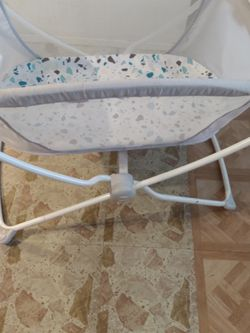Fisher Rock Bassinet for Sale in Bell Gardens,  CA