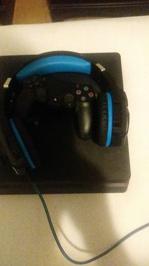 Ps4 and gaming headset for Sale in Orlando, FL
