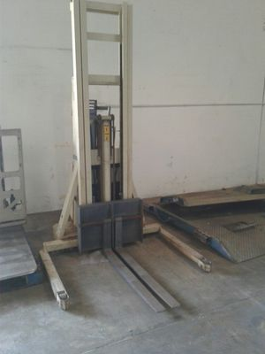 Forklift electric needs battery and seal for Sale in Dallas, TX