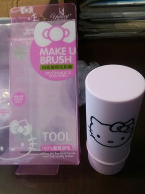 Adorable HELLO KITTY Retractable Makeup Brush for Sale in Bronx, NY