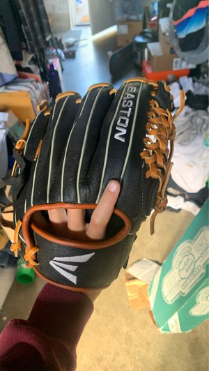 EASTON BASEBALL GLOVE BROKEN IN AND BARLEY USED HMU WIT OFFERS for Sale in San Mateo, CA