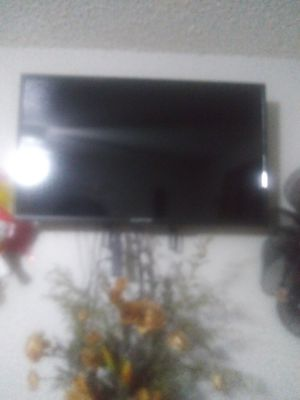 "32"" Flat screen, mount and remote comes with it for Sale in Lancaster, TX"