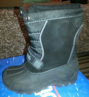 SNOW BOOTS NEW KIDS SIZE 5 AND 6 IN THE BOX PAID 65 SELLING FOR HALF for Sale in Palmdale, CA
