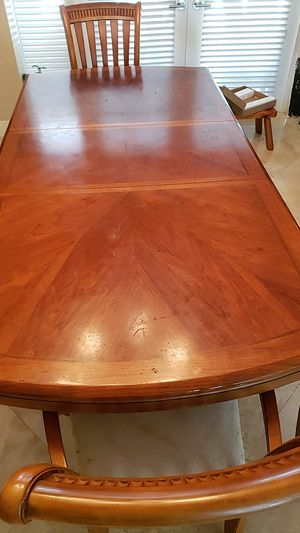 Solid wood dining table adjustable for 4 to 6 seats. for Sale in Miami, FL