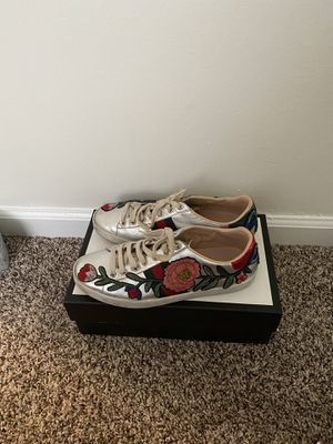 Gucci Sneakers gently worn comes with box dust bags and authenticity card for Sale in Glenolden, PA
