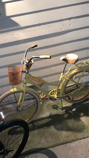 Bland and Yellow beach cruiser Bikes for Sale in Fresno, CA