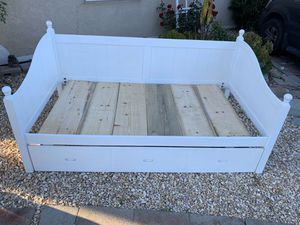GORGEOUS SOLID WOOD TWIN DAY BED WITH TRUNDLE UNDERNEATH for Sale in Gilroy, CA