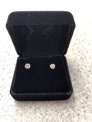 14k white gold diamond stud earrings Pawn Shop Casa de Empeño for Sale in Vista, CA