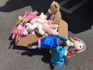 Box filled with stuffed animals, dolls, toys, etc for Sale in Chula Vista, CA